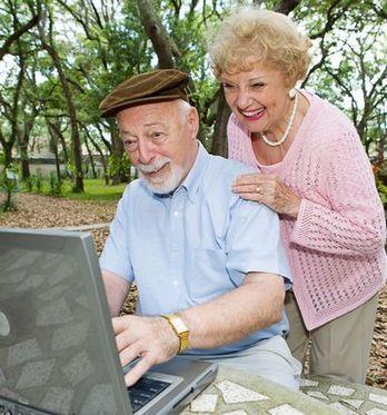 senior z komputerem